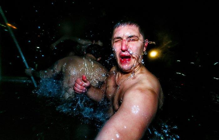 حمام آب یخ در سرمای استخوانسوز روسیه