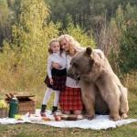خرس گریزلی به همراه یک مادر و دختر