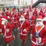 بابا نوئل ها مسابقه دو می دهند.