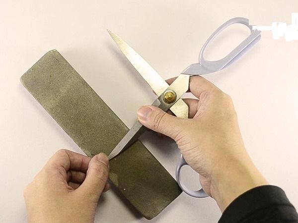 ترفندی ساده برای تیز کردن قیچی